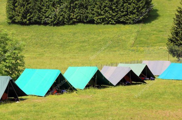 depositphotos_74773955-stockafbeelding-tenten-van-een-camping-van